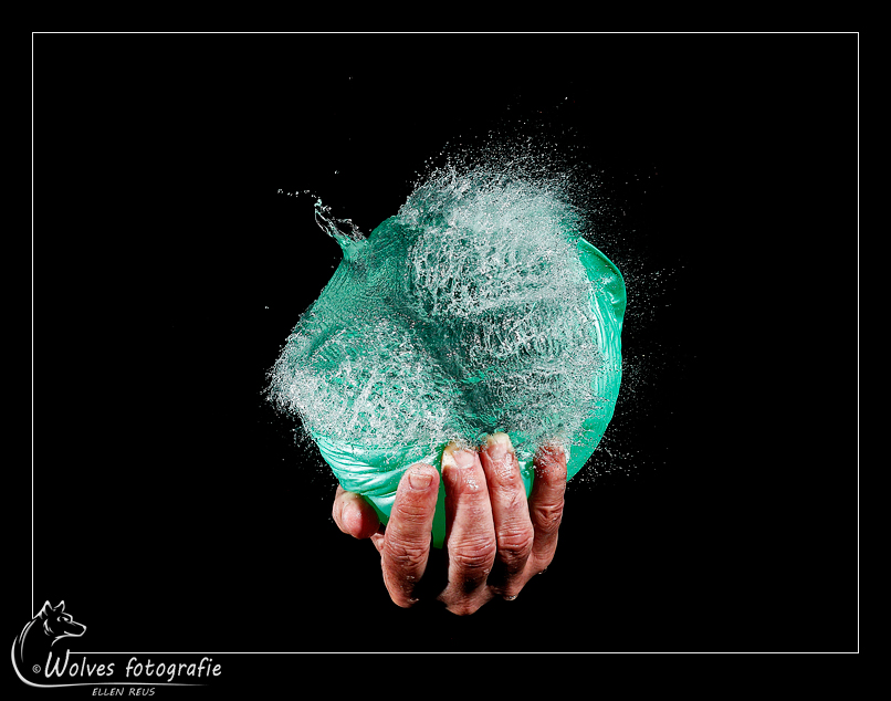 Bursting balloon green - Nominee in the 11th annual Photography Masters Cup in the category Still Life - professionals - Kapot geprikte ballon - high speed fotografie - Door: Ellen Reus - Wolves fotografie