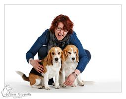 Debby met beagles Beavis en Nina - mens- en dierfotografie - portretfotografie - Door: Ellen Reus - Wolves fotografie