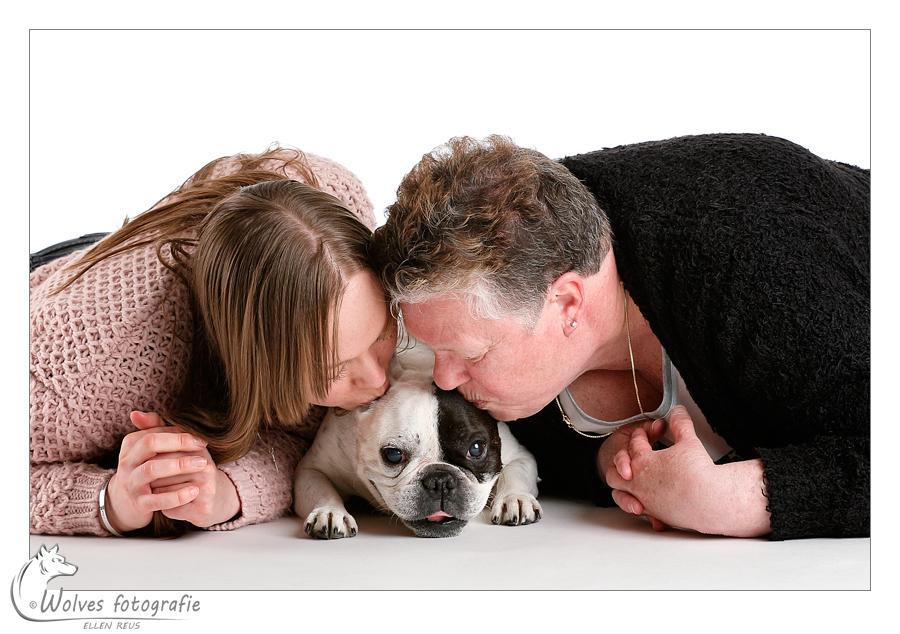 Joyce, haar moeder en Frans Bulletje Zenzay - mens- en dierfotografie - portretfotografie - Door: Ellen Reus - Wolves fotografie