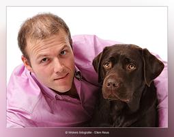 Manfred en Labrador Luna - mens- en dierfotografie - portretfotografie - Door: Ellen Reus - Wolves fotografie