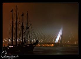 Schip en Erasmusbrug in de mist - Rotterdam - Nachtfotografie - Door: Ellen Reus - Wolves fotografie